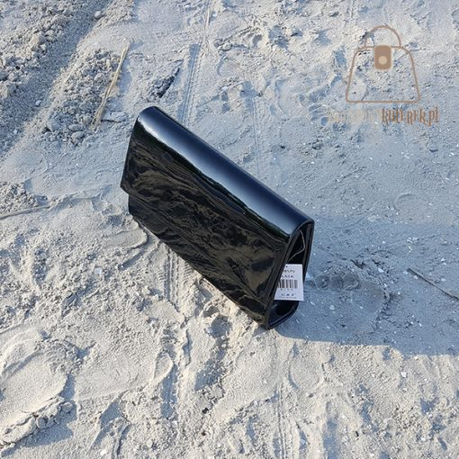 czarna torebka wizytowa lakierowana góra