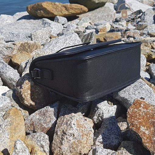 Sztywny kuferek czarny bok