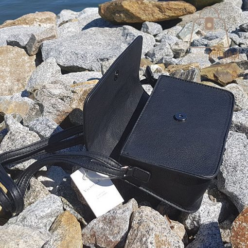 Sztywny kuferek czarny otwarta
