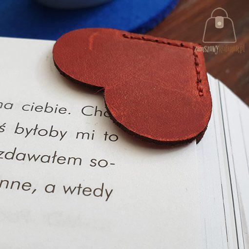 Skórzana zakładka do książki serce bok
