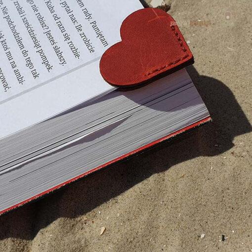 Skórzana zakładka do książki serce szycie
