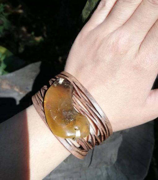Skórzana bransoletka z bursztynem bałtyckim księżyc ręka