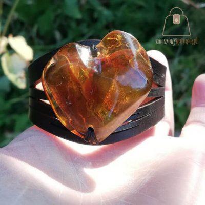 Skórzana bransoletka z bursztynem bałtyckim serce czarna