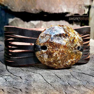 Czarna, skórzana bransoletka z bursztynem