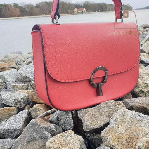 czerwona listonoszka torebka bok