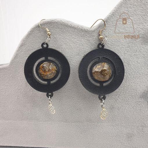Skórzane kolczyki z bursztynem kółka szare tło