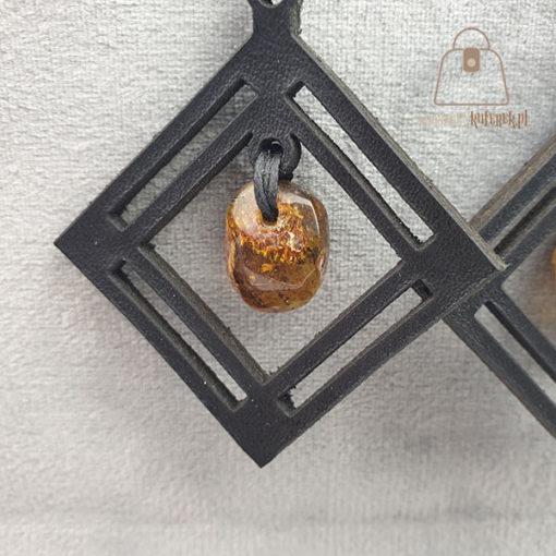 Skórzane kolczyki z bursztynem łezka rąby detal