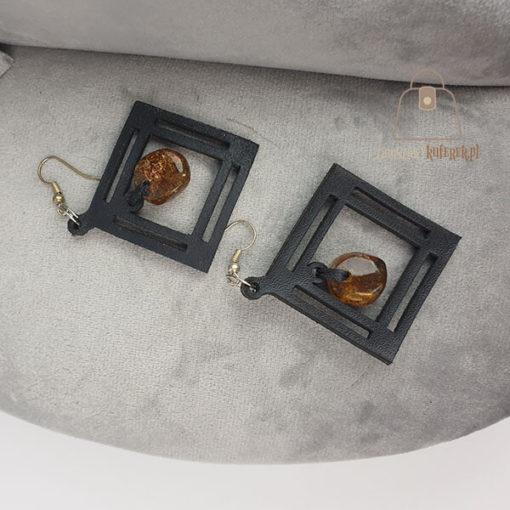 Skórzane kolczyki z bursztynem łezka rąby leżące