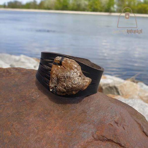 Brązowa bransoletka z bursztynem bok