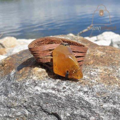 Skórzana bransoletka z trójkątnym bursztynem