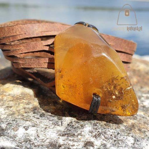 Skórzana bransoletka z trójkątnym bursztynem zablizenie