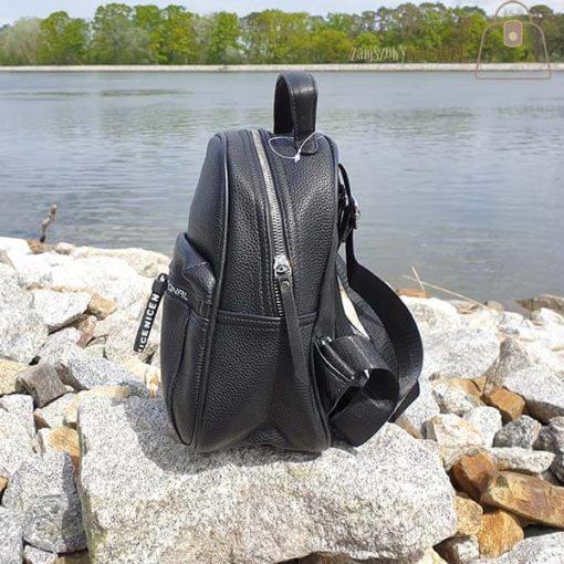 Czarny plecak bok