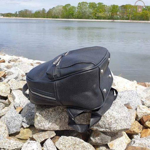 Czarny plecak dół