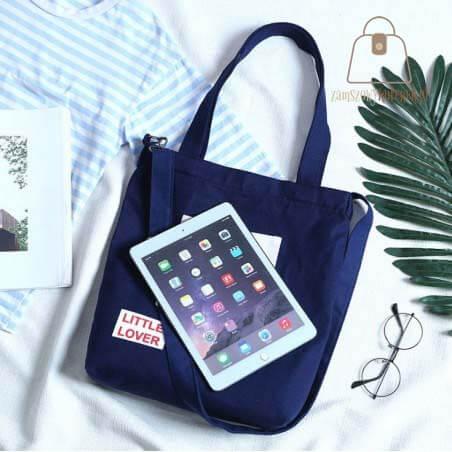 materiałowa torba z napisem granatowa laptop