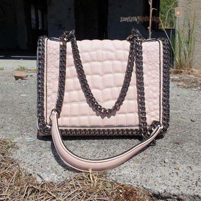 Różowa pikowana torebka z łańcuszkiem