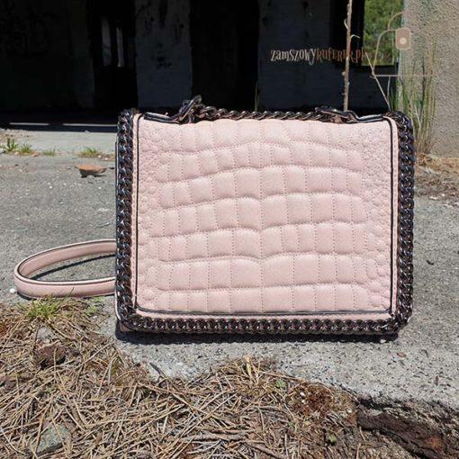 Różowa pikowana torebka z łańcuszkiem detal