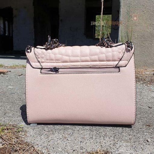 Różowa pikowana torebka z łańcuszkiem tył
