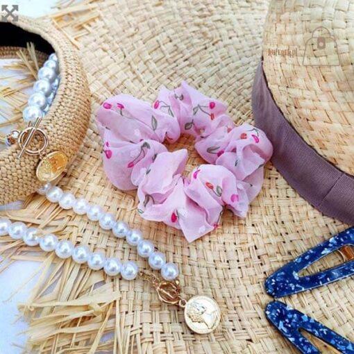 Tiulowa gumka do włosów scrunchie wisienki różowa kapelusz