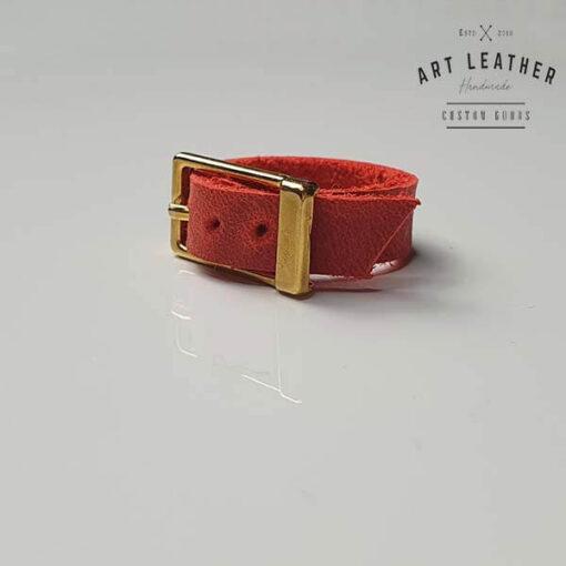 Czerwony skórzany pierścionek złota klamra klamra