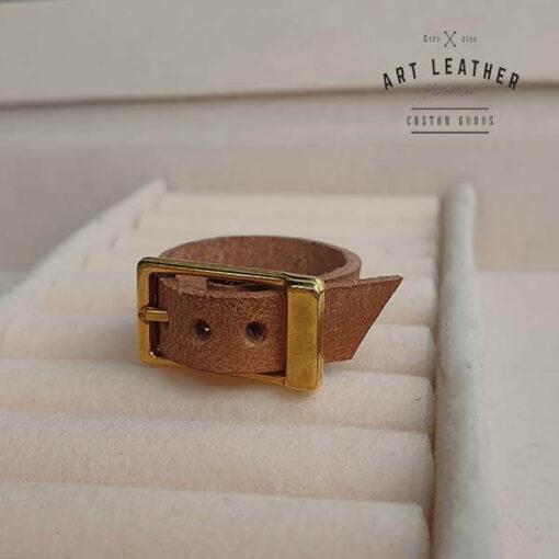 Brązowy skórzany pierścionek złota klamra bok