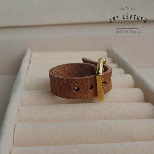 Brązowy skórzany pierścionek złota klamra boki