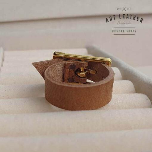 Brązowy skórzany pierścionek złota klamra tył