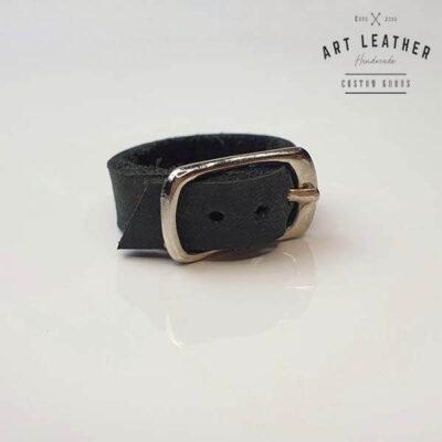 Czarny skórzany pierścionek srebrna klamra