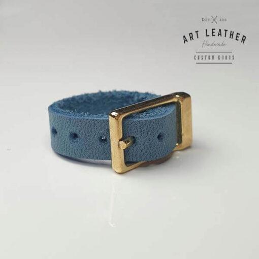 Niebieski skórzany pierścionek złota klamra skos