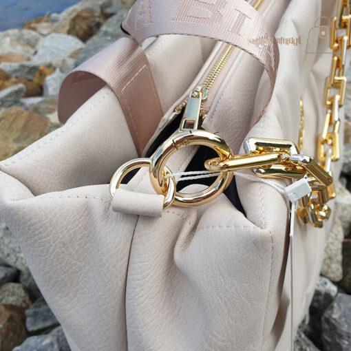 Laura Biaggi pikowana z łańcuchem detal