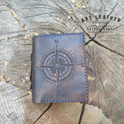 Skórzany portfel Róża Wiatrów leżący
