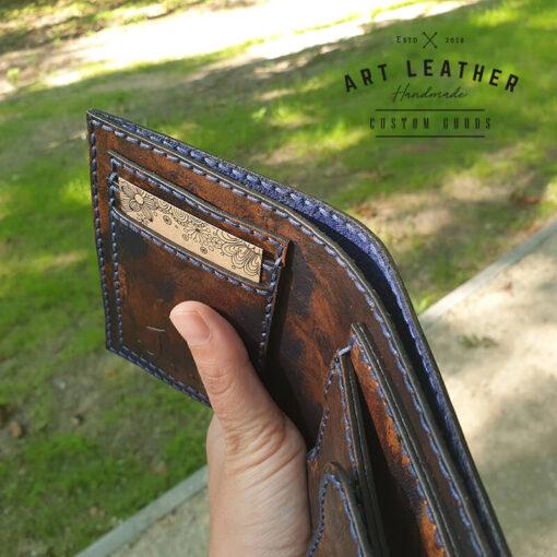 Skórzany portfel Róża Wiatrów ręka